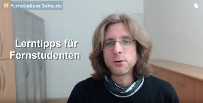 Markus Jung in seinem Video mit Tipps zum Fernstudium