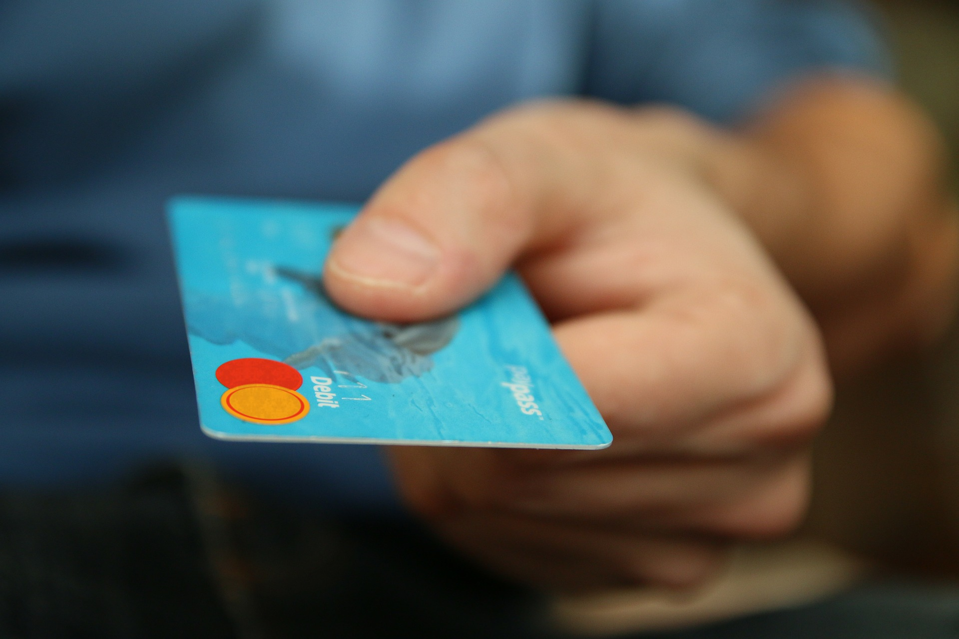 Kreditkarte beim Bezahlvorgang