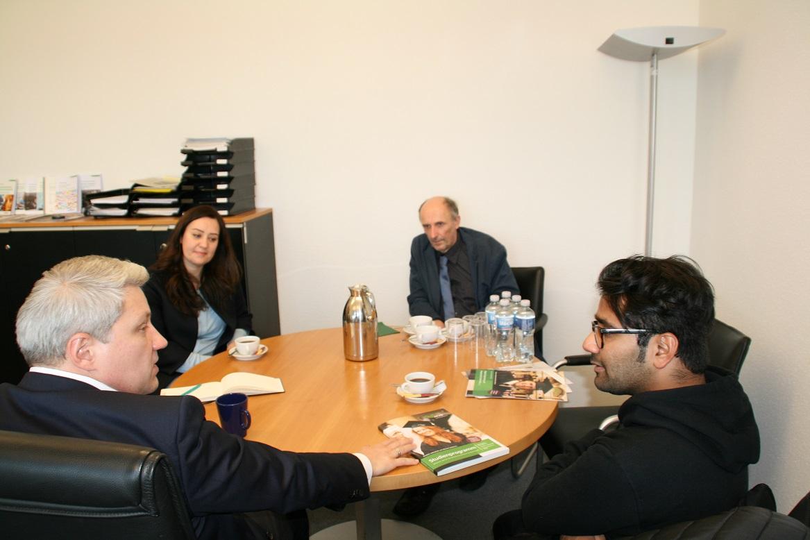 Die Stipendiaten erzählen CEO Prof. Fürst und Rektor Prof. Bügner von ihren Studienplänen.