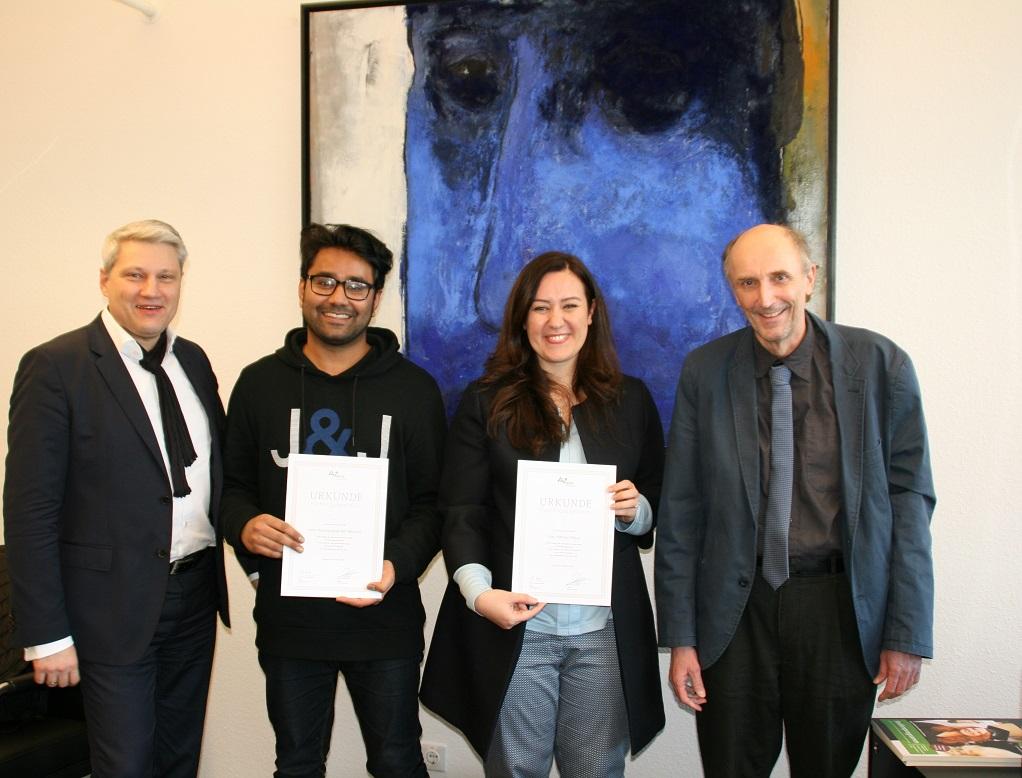Da sie beide in der Nähe von Stuttgart wohnen, konnten Nahrain Albazi und Muhammad Memon (2.v.l.) ihre Stipendienurkunden in der Hochschule persönlich in Empfang nehmen.