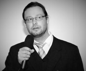 Robert Rossberger ist Professor für Unternehmensführung und internationales Management an der AKAD University