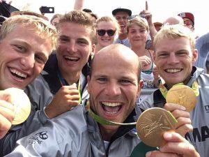 Max Hoff (vorne) und seine Kanu-Teamkollegen jubeln nach ihrem Olympia-Sieg.